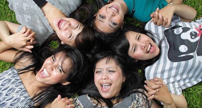 Persahabatan makin positif dengan membuat karya bersama./Copyright shutterstock.com