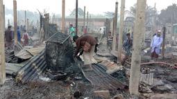 Kondisi rumah-rumah yang hangus terbakar setelah musibah kebakaran yang terjadi di kamp pengungsi Nayapara di Cox's Bazar, Bangladesh (14/1/2021). Kamp Nayapara merupakan tempat tinggal para pengungsi Rohingya yang telah melarikan diri dari penindasan di Myanmar. (AP Photo/Mohammed Faisal)