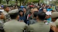 Unjuk rasa ratusan warga korban banjir di Tangerang, berujung ricuh. Sementara itu, masa penahanan Jessica diperpanjang.