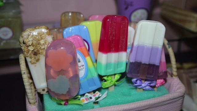 Berbekal ilmu yang didapat di Amerika Serikat, Jane Ho coba membuat usaha sabun unik berbagai bentuk yang digemari.
