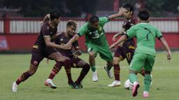 Gelandang Bhayangkara FC, Renan Silva, berusaha melewati pemain PSM Makassar pada laga uji coba di Stadion PTIK, Jakarta, Rabu, (5/2/2020). Bhayangkara FC takluk 0-1 dari PSM Makassar. (Bola.com/M Iqbal Ichsan)