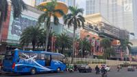 Sebuah armada bus JA Connexion tujuan Bandara Soekarno-Hatta di Tangerang menunggu penumpang di Pondok Indah Mall, Jakarta Selatan, Jumat (29/12). Bus premium tersebut memiliki fasilitas pendingin udara dan WiFi. (Liputan6.com/Immanuel Antonius)