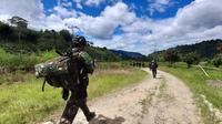 Personel TNI saat melakukan penyisiran di sekitar Desa Lembantongoa usai serangan MIT di desa tersebut pada akhir November, 2020. (Liputan6.com/Dokumentasi Rahman Odi)