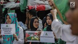 Massa saat menggelar aksi di depan kantor Kedutaan Besar AS, Jakarta, Jumat (8/11). aksi tersebut sebagai wujud penolakan terhadap keputusan Presiden AS, Donald Trump yang mengklaim Yerusalem sebagai ibu kota Israel. (Liputan6.com/Faizal Fanani)