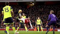 Gelandang Arsenal, Lucas Torreira, mencetak gol lewat aksi akrobatik saat mengalahkan Huddersfield dalam laga lanjutan Premier League di Stadion Emirates, London, Sabtu (8/12/2018).  (Isabel Infantes/PA via AP)