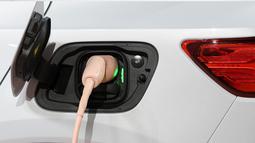 Kabel listrik terhubung ke XC40 Recharge saat Volvo resmi meluncurkan mobil listrik perdananya dalam acara di Los Angeles, 16 Oktober 2019. Untuk urusan pengisian daya, apabila menggunakan fast charger mobil ini dapat terisi hingga 80 persen dalam waktu 40 menit. (AP/Michael Owen Baker)