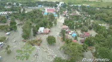 Pandangan umum menunjukkan dampak banjir bandang yang menerjang Distrik Sentani, Kabupaten Jayapura, Papua, Minggu (17/3). Berdasarkan data BNPB, banjir bandang pada Sabtu (16/3) itu mengakibatkan 58 orang meninggal. (Edward Hehareuw/via REUTERS)