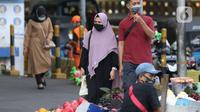 Warga berjalan di kawasan Pasar Blok A Tanah Abang, Jakarta, Selasa (1/9/2020). Angka positivity rate atau persentase kasus positif COVID-19 di Jakarta dalam sepekan terakhir sebesar 9,8 persen, angka ini melebihi standar WHO yang tidak lebih dari 5 persen. (Liputan6.com/Helmi Fithriansyah)