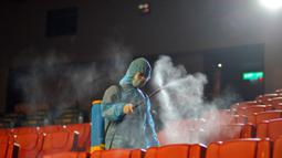 Seorang staf mendisinfeksi tempat duduk sebagai persiapan pembukaan kembali bioskop di Kuala Lumpur, Malaysia (26/6/2020). Pemerintah Malaysia mengizinkan bioskop dan teater untuk beroperasi kembali mulai 1 Juli mendatang. (Xinhua/Chong Voon Chung)