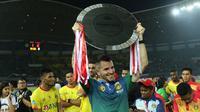 Pelatih Bhayangkara FC, Simon McMenemy mengangkat trofi juara Liga 1 (Liputan6.com/Helmi Fithriansyah)