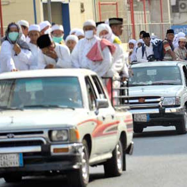 Sejumlah Jamaah Calon Haji Naik Mobil Bak Terbuka Menuju Masjidil Haram Di Kawasan Bakhutmah Mekkah Arab Saudi Selasa 25 10 Jamaah Calon Haji Yang Pemondokannya Di Kawasan Tersebut Lebih Memilih Naik Angkutan