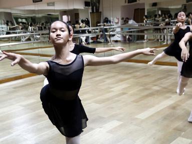 Pebalet berlatih teknik dasar di studio Cicila Ballet School, Kemanggisan, Jakarta, Minggu (16/9). Sekolah balet yang berdiri September 1982 tengah mempersiapkan diri untuk mengikuti Bandung International Dance Competition. (Liputan6.com/Fery Pradolo)