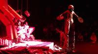 Lakon teater AiR mementaskan teater 'Plagiat' di teater arena Taman Budaya Jambi, Sabtu (7/3/2020). Dalam pementasan ini sutradara EM Yogiswara mengangkat judul besar plagiarism kehidupan keseharian manusia. (Liputan6.com / Gresi Plasmanto)