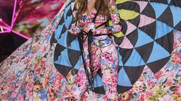 Model Gigi Hadid saat tampil di atas catwalk Victoria's Secret Fashion Show 2018 di Pier 94, New York, AS, Kamis (8/11). (Photo by Evan Agostini/Invision/AP)