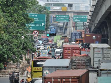 Penumpukan kendaraan di Jalan Yos Sudarso arah Cawang di pintu Tol Kebon Bawang, Tanjung Priok, Jakarta, Kamis (12/7). Kemacetan panjang kendaraan yang didominasi truk kontainer jadi pemandangan rutin di Tanjung Priok. (Merdeka.com/Iqbal S. Nugroho)