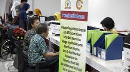 Poster pemberitahuan Ransomware WannaCrypt atau WannaCry dipasang di RS Kanker Dharmais, Jakarta, Senin (15/5). Akibat serangan ransomware WannaCrypt antrean pasien di Rumah Sakit Dharmais tidak berfungsi. (Liputan6.com/Faizal Fanani)
