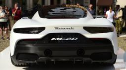 Mobil sport Maserati MC20 ditampilkan di Piazza Grande, Modena, Italia, Kamis (10/9/2020). Maserati MC20 memiliki bobot total di bawah 1.500 kg karena sasisnya terbuat dari bahan carbon fiber. (Miguel MEDINA/AFP)
