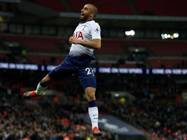 Gelandang Tottenham, Lucas Moura, merayakan gol yang dicetaknya ke gawang Southampton pada laga Premier League di Stadion Wembley, London, Rabu (5/12). Tottenham menang 3-1 atas Southampton. (AFP/Ian Kington)