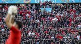 Penggemar sepak bola menghadiri pertandingan grup F Euro 2020 antara Hungaria vs Portugal di stadion Ferenc Puskas di Budapest, Selasa (15/6/2021). Pertandingan yang dimenangkan oleh Portugal 3-0 itu dihadiri lebih dari 60.000 penonton atau kapasitas maksimal Stadion. (Bernadett Szabo/Pool via AP)