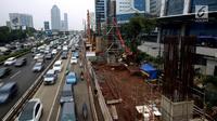 Kondisi perkembangan pembangunan kereta ringan rute Cawang-Dukuh Atas di kawasan Gatot Subroto, Jakarta, Kamis (18/1). Adapun biaya yang sudah dikeluarkan mencapai Rp5,2 triliun dan ditargetkan selesai pada akhir 2018. (Liputan6.com/JohanTallo)