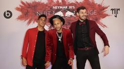 Pemain PSG, Neymar, berpose dengan rekan-rekannya saat merayakan pesta ulang tahun di Paris, Senin (4/1). Penyerang asal Brasil itu merayakan hari jadi yang ke-27 tahun dengan keadaan cedera. (AFP/Thomas Samson)