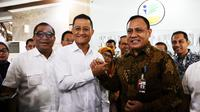 Ketua Komisi Pemberantasan Korupsi (KPK) Firli Bahuri KPK bersama Menteri Sosial Juliari P. Batubara di Kantor Kementerian Sosial, Jakarta, Senin (10/2).