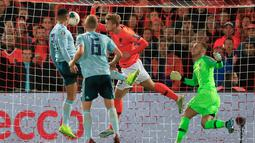 Pemain Irlandia Utara Josh Magennis  (kiri) mencetak gol ke gawang Belanda pada laga kualifikasi Euro 2020 di Rotterdam, Belanda, Kamis (10/10/2019). Belanda menang 3-1 dengan dua gol di antaranya dicetak Memphis Depay. (AP Photo/Peter Dejong)