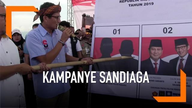 Kampanye terbuka di Sukabumi Cawapres 02 Sandiaga Uno menerima sumbangan uang dari masyarakat. Sumbangan dikumpulkan oleh mantan gubernur Jabar Ahmad Heryawan
