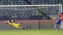 Peru berhasil mengalahkan Paraguay dalam drama adu penalti dengan skor 4-3 setelah pertandingan di waktu normal berakhir imbang 3-3. (AP/Eraldo Peres)