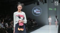 Model membawakan baju koleksi Matahari Department Store pada Jakarta Fashion Week 2018 di Senayan City, Selasa (24/10). Mengangkat tema Rocks & Fun, koleksi tersebut menandai lima tahun keikutsertaan Matahari dalam ajang JFW. (Liputan6.com/Faizal Fanani)