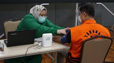 Mantan Menteri Sosial (Mensos) Juliari Peter Batubara dan para tahanan kasus korupsi KPK lainnya melakukan vaksinasi Covid-19 tahap pertama.