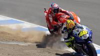 Valentino Rossi dan Casey Stoner terlibat pertarungan sengit di MotoGP Laguna Seca, Amerika Serikat, pada 2008. (Red Bull)