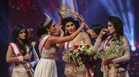 Mrs. World Caroline Jurie mencopot mahkota pemenang Mrs. Sri Lanka Pushpika de Silva karena ia didiskualifikasi oleh juri atas tuduhan cerai, di kontes kecantikan untuk perempuan yang sudah menikah di Kolombo. (AFP)