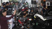Pengunjung melihat motor-motor modifikasi saat pemeran IIMS Motobike Expo 2019 di Istora Senayan, Jakarta, Jumat (29/11/2019). IIMS Motobike Expo 2019 digelar pada 29 November-1 Desember 2019. (Liputan6.com/Faizal Fanani)