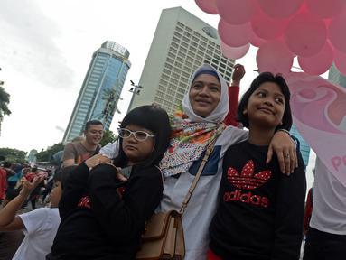 "Kebersamaan anak dan ibu saat acara ""Peluk Ibu Satu Indonesia""  selama Car Free Day di Bundaran HI, Jakarta, Minggu (23/12). Acara itu dalam rangka memperingati hari ibu dan mengajak masyarakat untuk selalu menghormati ibu. (Merdeka.com/Iqbal S. Nugroho)"