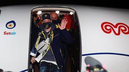 Gelandang Jerman, Mesut Ozil melambaikan tangan setibanya di Bandara Ataturk di Istanbul (18/1/2021). Ozil dihapus dari skuad Arsenal karena mengomentari perlakuan pemerintah Tiongkok terhadap masyarakat Muslim Uighur. (AFP/Fenerbahce.Org)