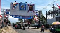 Bendera Aremania terlihat ramai di jalan-jalan yang ada di Malang Raya. Bendera ini dipasang dalam rangka memeriahkan hari jadi Arema FC yang ke-33 di tengah pandemi virus corona COVID-19. (Bola.com/Iwan Setiawan)