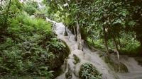 Bua Thong dikenal sebagai air terjun lengket di mana para pelancong dapat mendaki air terjun tersebut (Dok.YouTube/ It's better in Thailand)