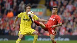 Pemain Liverpool, Philippe Coutinho (kanan) berusaha melewati hadangan pemain Villarreal Tomas Pina pada laga leg kedua semifinal Liga Europa di Stadion Anfield, Liverpool, Jumat (6/5/2016)  dini hari WIB. (AFP/Oli Scarff)