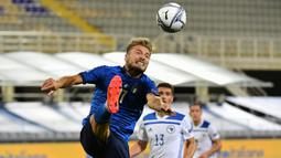 Penyerang Italia, Ciro Immobile, berusaha mengontrol bola saat menghadapi Bosnia pada laga UEFA Nations League di  Artemio Franchi, Sabtu (5/9/2020) dini hari WIB. Italia bermain imbang 1-1 atas Bosnia. (AFP/Isabella Bonotto)
