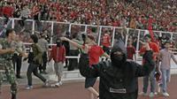 Suporter Timnas Indonesia turun ke lapangan ketika melawan Malaysia saat laga Kualifikasi Piala Dunia 2022 di SUGBK, Jakarta, Kamis (5/9). (Bola.com/Peksi Cahyo)