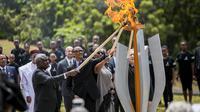 Tampak Presiden Rwanda Paul Kagame dan beberapa pemimpin negara menyalakan obor di Kigali Genocide Memorial pada Minggu (7/4/2019) memulai secara resmi 100 hari periode berkabung (Presidency Rwanda, Twitter.com/@UrugwiroVillage)