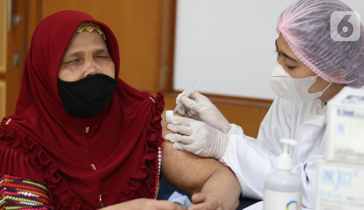 Tunanetra yang tergabung dalam Komunitas Persatuan Tunanetra Asri (Pertunas) mengikuti  vaksinasi Covid-19 di Gedung Medco, Jakarta, Senin (20/09/2021). Kegiatan vaksinasi yang digelar Medco Group untuk mencegah atau mengurangi penularan Covid-19 diantara warga tunanetra. (Liputan6.com/Fery Pradolo)