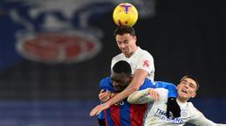 Bek Leicester City, Jonny Evans (atas) memenangi duel udara dengan striker Crystal Palace, Christian Benteke dalam laga lanjutan Liga Inggris 2020/21 pekan ke-16 di Selhurst Park, Senin (28/12/2020). Leicester City bermain imbang 1-1 dengan Crystal Palace. (AFP/Facundo Arrizabalaga/Pool)