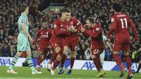 Para pemain Liverpool merayakan gol yang dicetak Roberto Firmino ke gawang Arsenal pada laga Premier League di Stadion Anfield, Liverpool, Sabtu (29/12). Liverpool menang 5-1 atas Arsenal. (AP/Rui Veira)