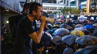 Seorang pria berteriak menggunakan pengeras suara saat ribuan pegawai negeri sipil (PNS) mengikuti unjuk rasa menolak RUU Ekstradisi di Hong Kong, Jumat (2/8/2019). Aksi para pegawai negeri sejatinya telah ditentang oleh pemerintah Hong Kong. (LAUREL CHOR/AFP)