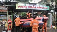 Petugas PPSU menyiapkan perahu karet saat kegiatan antisipasi banjir di Posko Siaga Bencana Kelurahan Sunter Agung, Jakarta, Senin (18/10/2021). Kegiatan ini digelar dalam rangka memeriksa kesiapan tim dan perlengkapan SAR untuk penanganan banjir saat musim penghujan. (merdeka.com/Iqbal S. Nugroho)