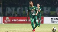 Gelandang bertahan muda Persebaya, yaitu M. Hidayat mulai dilirik pelatih Djadjang Nurdjaman. (Bola.com/Aditya Wany)