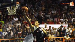 Pebasket Aspac Jakarta Ebrahim Lopez (13) melakukan lay-up ke jala Satria Muda Britama dalam laga lanjutan NBL (Liputan6.com/Helmi Fithriansyah)