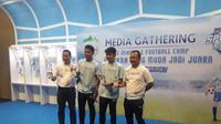 2 pemain Timnas Indonesia U-19, Nurhidayat dan Witan Sulaeman, beri wejangan ke siswa SSB (Liputan6.com / Luthfie Febrianto)
